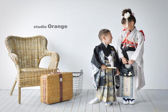 奈良市の写真館、スタジオオレンジで撮影。白と黒の着物で姉弟撮影。