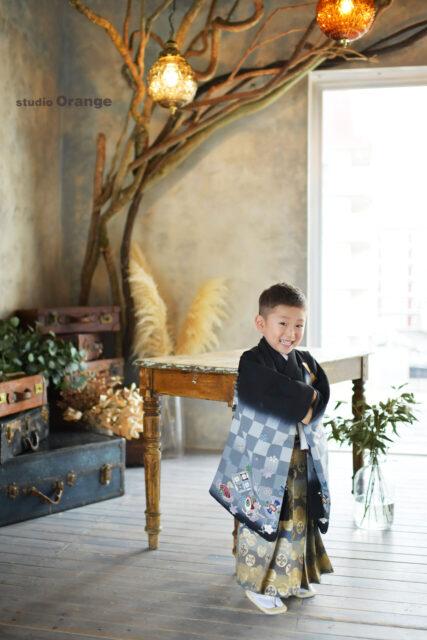 奈良市の写真館、スタジオオレンジで撮影。黒い格子柄の着物で5歳男の子の七五三撮影。