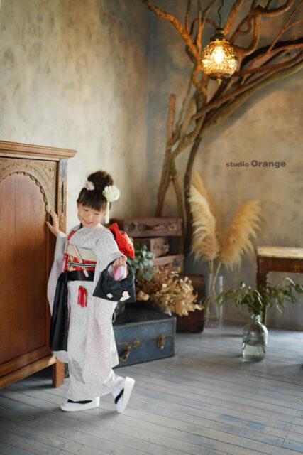 奈良市の写真館、スタジオオレンジで撮影。白いオリジナルの着物で7歳女の子の七五三撮影。