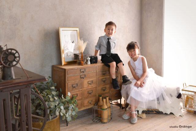 奈良市の写真館、スタジオオレンジで撮影。スタジオ貸衣装の洋装を着て姉弟撮影。