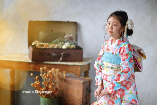 奈良市の写真館スタジオオレンジで撮影。水色とピンクの着物の女の子の10歳記念の撮影。