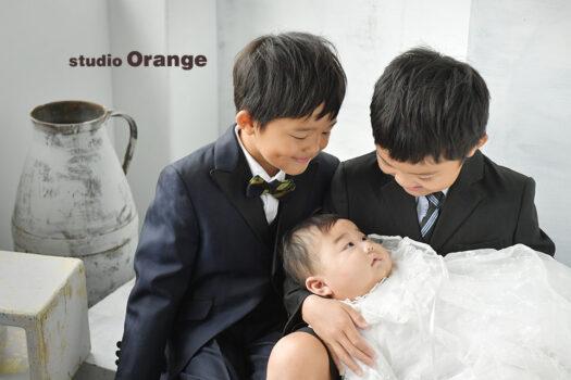 奈良市のフォトスタジオ、スタジオオレンジでお宮参り撮影。ベビードレスを着てヘッドドレスを付けた女の子の1人撮影。