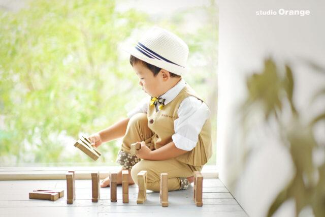 3歳の男の子のお誕生日写真撮影 ベージュの花柄のお洋服 奈良市の写真スタジオで撮影