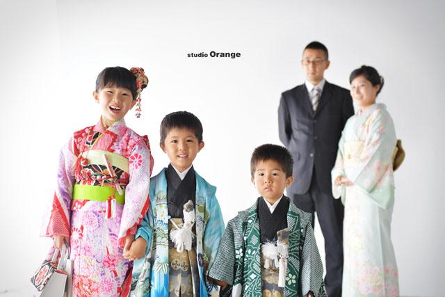 七五三の前撮り撮影での家族写真 7歳女の子の赤い着物 奈良市の写真館で撮影